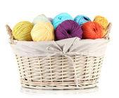 Bolas de hilo colorido en cesta de mimbre aislado en blanco — Foto de Stock