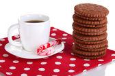 Kremsi katman ve üzerinde beyaz izole kahve fincan çikolata kurabiye — Stok fotoğraf