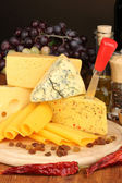 Various types of cheese on wooden board — Stock fotografie