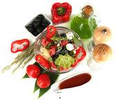 Taze salata yemek üzerine beyaz izole için maddeler tarafından çevrili cam kase — Stok fotoğraf