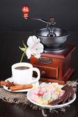 Kopp kaffe med rahat glädje och kaffe mal på träbord — Stockfoto