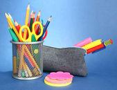 κιβώτιο μολυβιών με εξοπλισμός σχολείων σε μπλε φόντο — Stockfoto