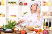 Chef jovem mulher cozinhando na cozinha — Foto Stock