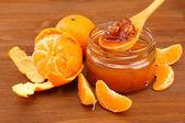 Marmellata gustosa mandarine fatti in casa, sul tavolo di legno — Foto Stock