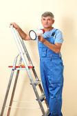 Sovrintendente costruzione dirige riparazione seduto sulla scala — Foto Stock