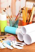 Künstlerische ausstattung: farbe, pinsel und kunst-palette — Stockfoto