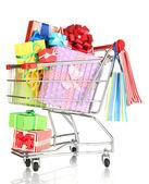 рождественские подарки и шоппинг в тележке, изолированные на белом — Стоковое фото