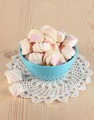 Sanfte marshmallow in schüssel mit holztisch nahaufnahme — Stockfoto