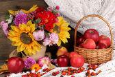 Kleurrijke herfst stilleven met appels — Stockfoto