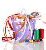 Balde de cor com fitas multicoloridas e segmento isolado no branco — Foto Stock