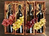 Cassa in legno con bottiglie di vino sul tavolo di legno — Foto Stock