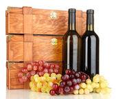 Casi di legno con bottiglie di vino isolati su bianco — Foto Stock