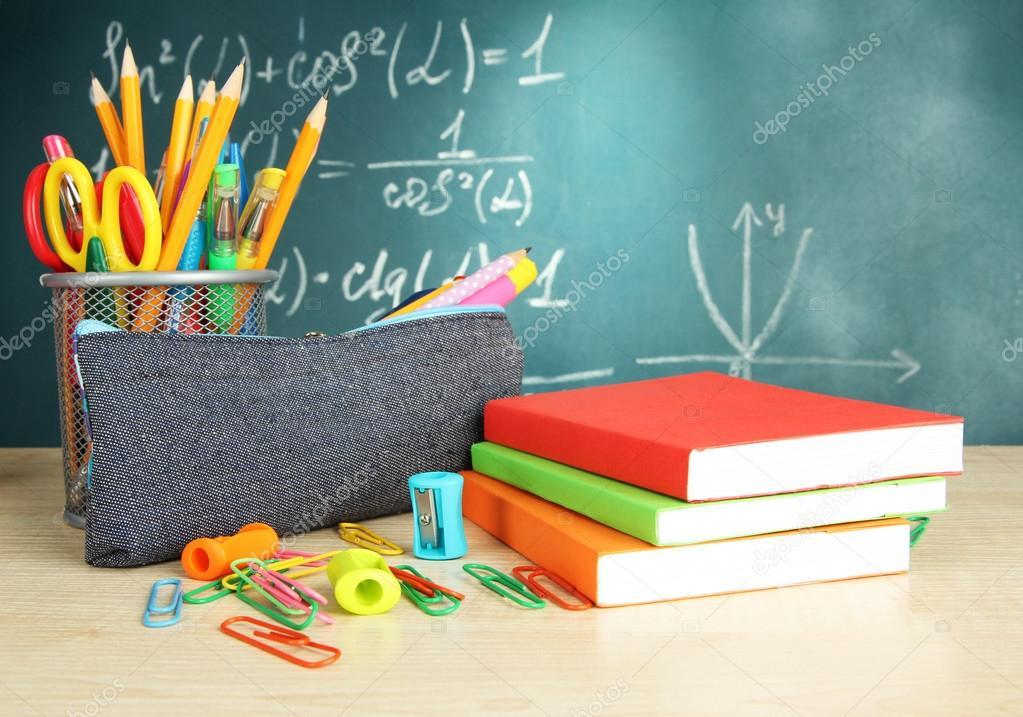 Zur u00fcck in die Schule   Tafel mit Bleistift Box und Schule auf Tisch  u2014 Stockfoto #18923589