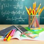Powrót do szkoły - tablica z ołówkiem box i szkoły urządzenia na stole — Zdjęcie stockowe