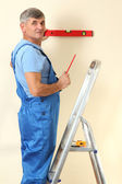 Builder measuring wall in room close-up — Stock Photo