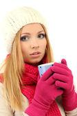 Atrakcyjna młoda kobieta trzymając kubek z gorących napojów, na białym tle — Zdjęcie stockowe