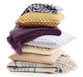 Hill barevné polštáře a plédy izolovaných na bílém — Stock fotografie