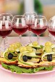 Tartine e vino in ristorante — Foto Stock