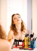 Portret atrakcyjne kobiety stosujące cząsteczki — Zdjęcie stockowe