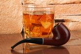 Glas whiskey och snorkel på tegel vägg bakgrund — Stockfoto