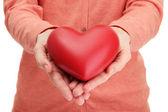 Czerwone serce w ręce kobiety, z bliska — Zdjęcie stockowe