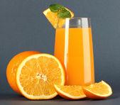 オレンジ ジュースとミントと灰色の背景上のオレンジ色のガラス — ストック写真