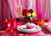 Table setting in honor of Valentine's Day on white fabric background — Fotografia Stock