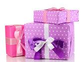 Beyaz izole, mor ve pembe renkli hediyeler — Stok fotoğraf