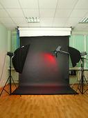 Tom fotostudio med belysningsartiklar — Stockfoto
