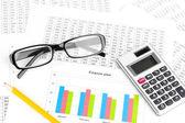 Documenten, rekenmachine en glazen close-up — Stockfoto
