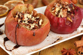 Gebackene äpfel auf platte hautnah — Stockfoto