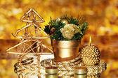 Composición de Navidad con velas y decoraciones en color oro sobre fondo brillante — Foto de Stock