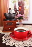 スカーフと部屋のテーブルにコーヒーのミルとコーヒーのカップ — ストック写真