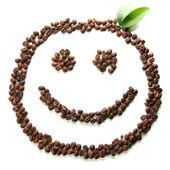 Kaffebönor med blad isolerad på vit — Stockfoto