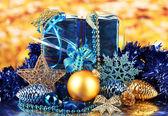 рождественские украшения на золотой фон — Стоковое фото