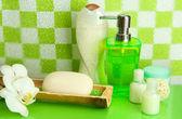 Accesorios para baño en estante de baño verde fondo de pared de azulejos — Foto de Stock