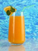 海の背景にミントとオレンジ ジュースのガラス — ストック写真
