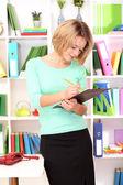 Krásná mladá obchodní žena pracující v kanceláři — Stock fotografie