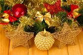 рождественская композиция с свечи и украшения в красный и золотой цвета на деревянных фоне — Стоковое фото