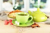 Tazza di tè con sciarpa sul tavolo in sala — Foto Stock