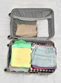 Abra la maleta gris con ropa de cama — Foto de Stock