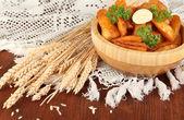 Patatas de pueblo apetitosa en tazón de fuente en primer plano de la mesa de madera — Foto de Stock