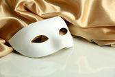 белая маска и золотой шелковой ткани, изолированные на белом — Стоковое фото