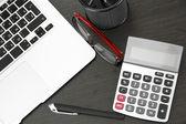 Kontorsmaterial och laptop isolerad på vit — Stockfoto
