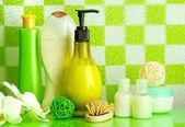 аксессуары для ванной на полке в ванной комнате на зеленый кафель стены фон — Стоковое фото