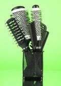Panier de fer avec les peignes et brosses à cheveux, sur fond de couleur — Photo