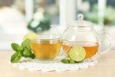 Čaj s mátou a limetkou na stole v pokoji — Stock fotografie