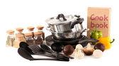 Composição de utensílios de cozinha, especiarias e legumes isolados no branco — Foto Stock