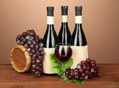 Composição do vinho, barril de madeira e uva, sobre fundo marrom — Fotografia Stock