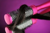 расчешите щеткой с волосами на фиолетовом фоне — Стоковое фото